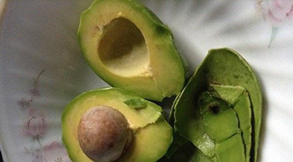 удалить косточку авокадо и снять кожуру
