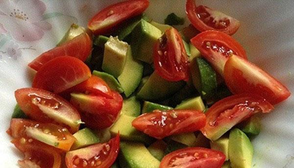 небольшие помидоры нарезать