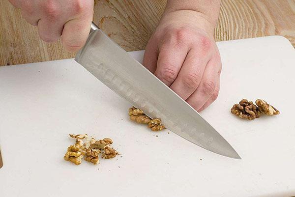 мелко нарезать орехи