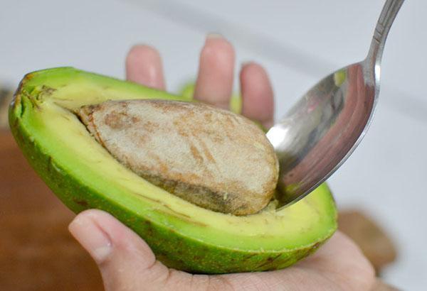 удалить косточку из авокадо