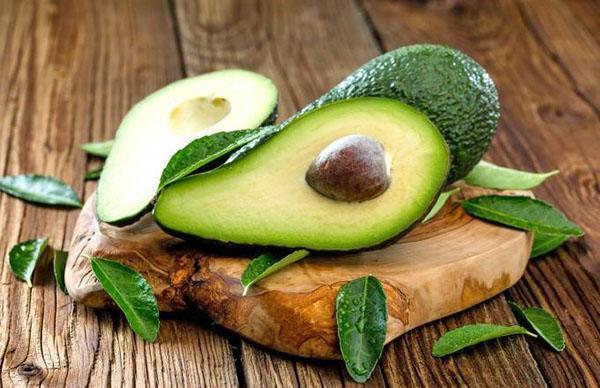 в пищу употребляют только очищенную мякоть авокадо