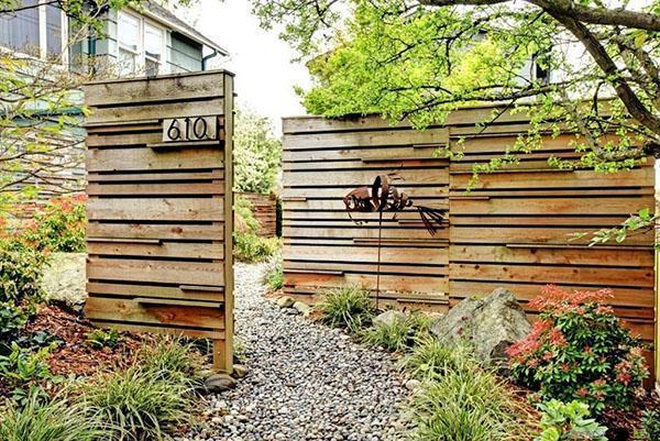 некрашеный деревянный забор