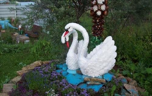 белые лебеди из пластиковых бутылок