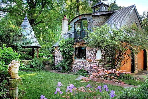 каменный дачный домик