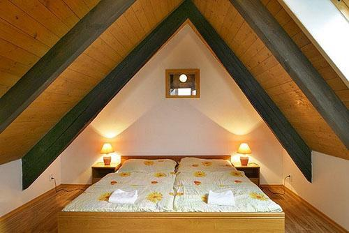 комфортная спальня на чердаке