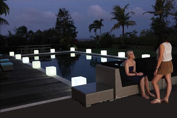 светящиеся кубы по периметру бассейна
