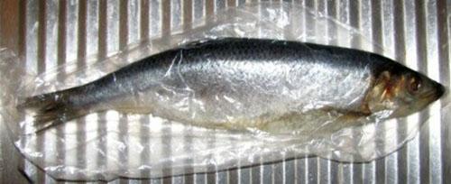 заворачиваем рыбу в пищевую пленку