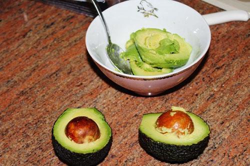 чистим авокадо для пасты