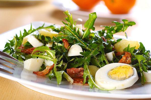 оригинальный салат из одуванчиков