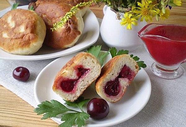 вишневые пирожки на сковороде