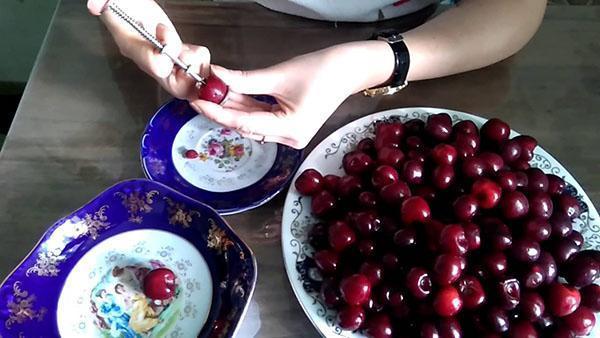 помыть вишни и удалить косточки