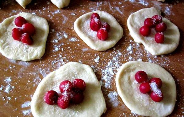 раскатываем тесто и выкладываем вишни