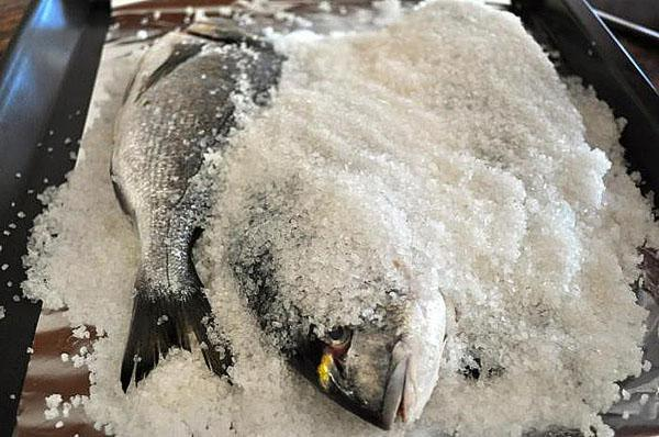 пересыпать верхний слой рыбы