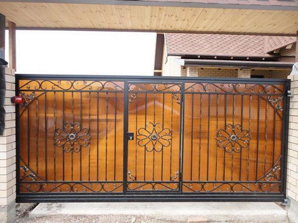 откатные ворота с калиткой кованные