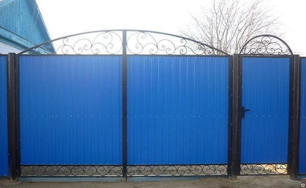 ворота с узорными кованными орнаментами