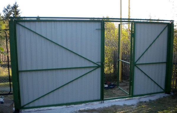 Ворота распашные металлические из профнастила