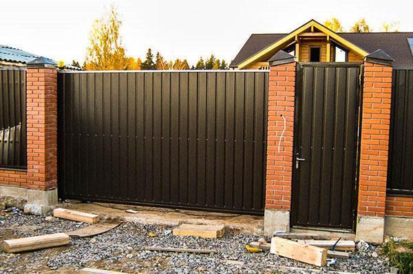 ворота и калитка, обложенные фасадным кирпичом