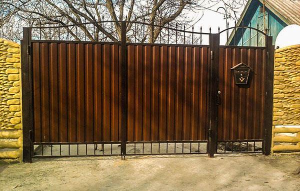 дизайн распашных ворот с калиткой