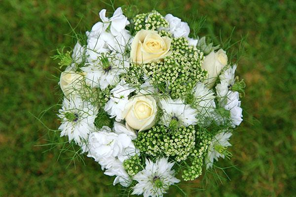 сочетание белой розы в букете