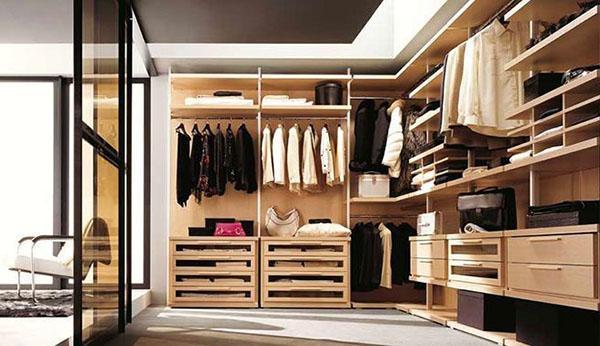 просторная гардеробная с зеркальной стеной
