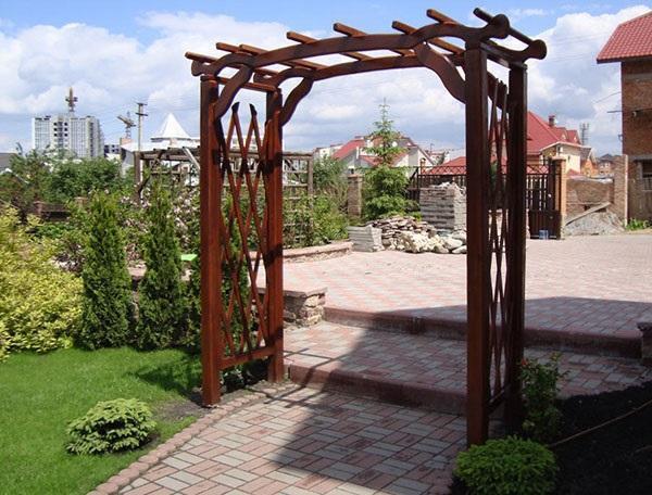 установленная в саду арка из дерева