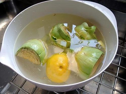 выкладываем плоды в подкисленную воду