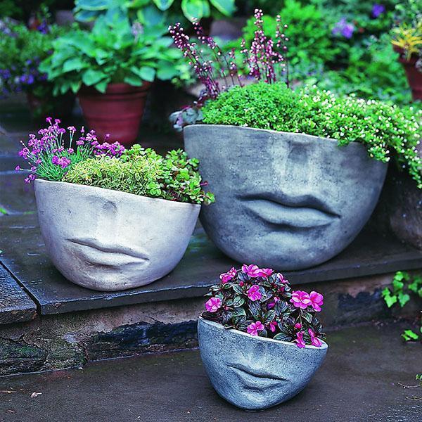 бетонные вазоны в композиции сада