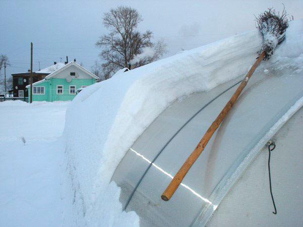 убираем снег с теплицы