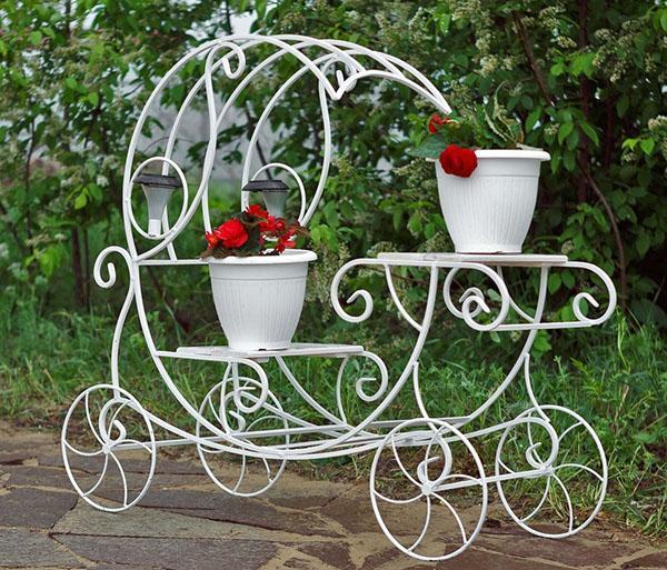 декоративная карета с вазонами