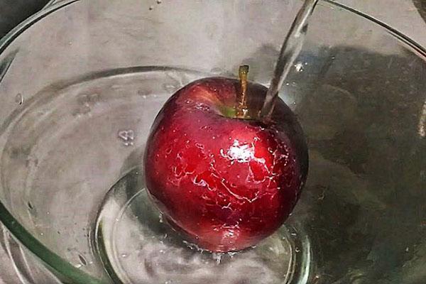 помыть яблоки