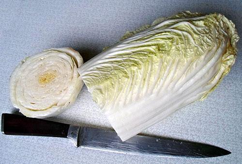 срезаем кочерыжку капусты