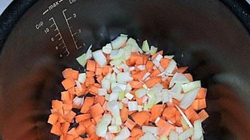 нарезаем овощи и закладываем в чашу