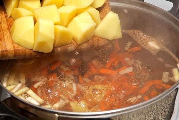 картофель добавляют в суп