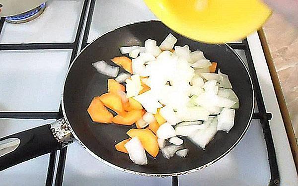 бланшируют лук и морковь