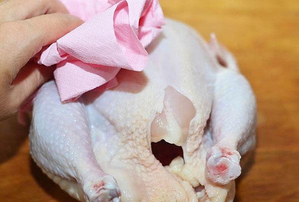 промываем и просушиваем курицу