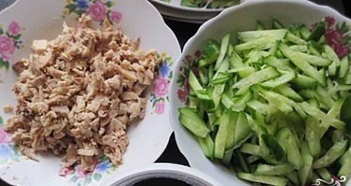 нарезать мясо и огурцы