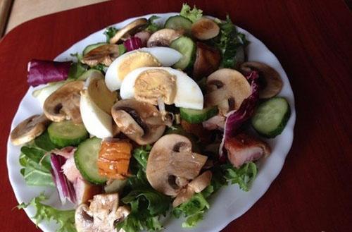 простой салат из курицы и грибов