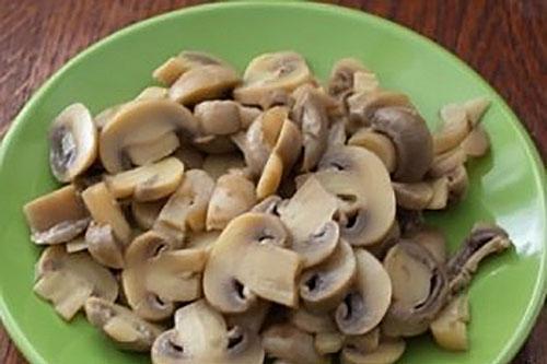 пластинками нарезать грибы