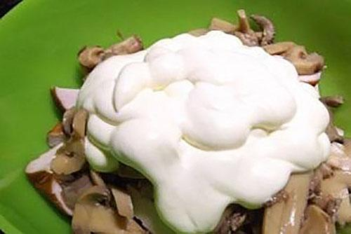 добавить в салат майонез