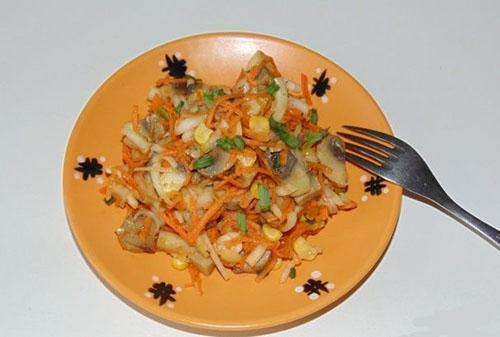 салат с маринованными грибами и корейской морковкой