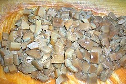 мелко нарезают грибы
