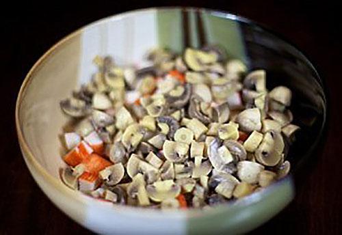 нарезают мелко грибы