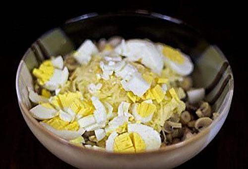 нарезают яйца