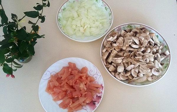 нарезанные грибы лук и мясо