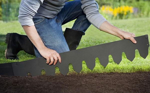 ограждаем газон от цветочной грядки