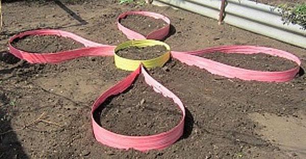цветочная клумба из бордюрной ленты