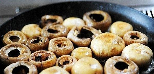 слегка обжариваем грибы