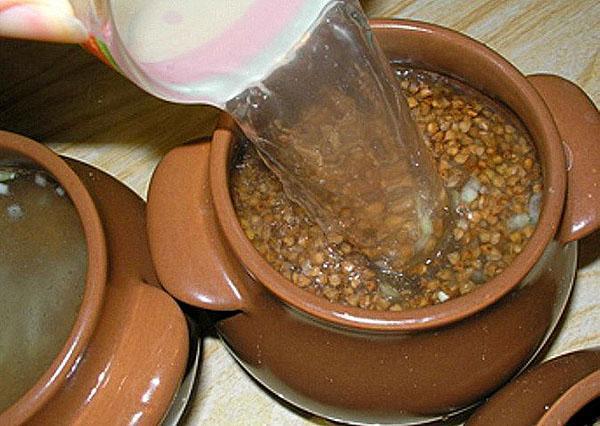 наполнить горшки гречкой и грибами