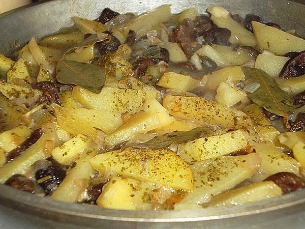 тушить картофель с грибами