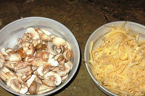 нарезать грибы и натереть сыр